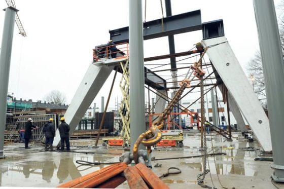 Dringen rond constructie overbouwde kerk