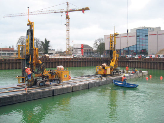 Gewi-palen aangebracht vanaf ponton in bouwput parkeergarage