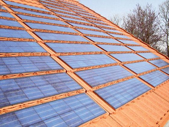Stalen dakpansysteem met geïntegreerde zonnepanelen