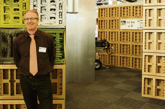 Frans van Kooten'We leiden de verfnevel eerst door onze grillige kartonnen dozen'
