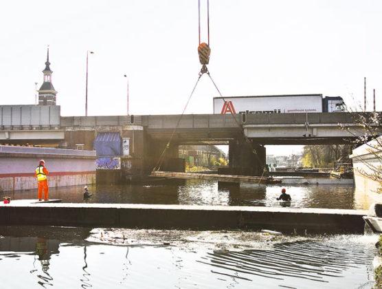 Aquaduct in A4 weer op zijn plek met ballastgewicht
