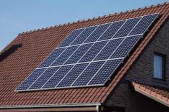 Zonnepaneel dekt dak dicht