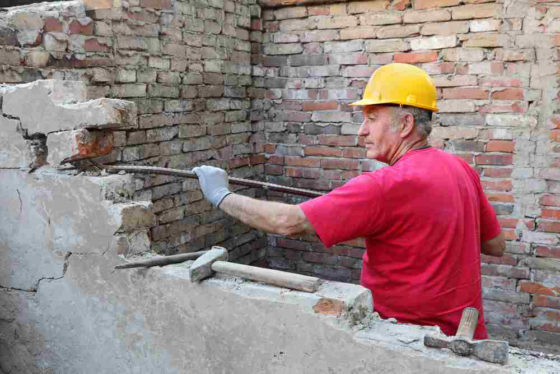 Oude bouwvakker kost kapitalen