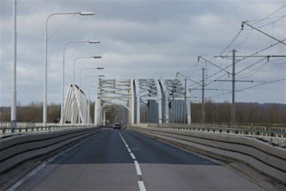 Schultz lacht niet om te smalle brug