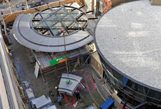 Spannende zwevende ovale luifel van 30 ton