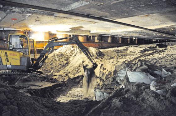 Tunnelelement onwrikbaar onder Amsterdam Centraal