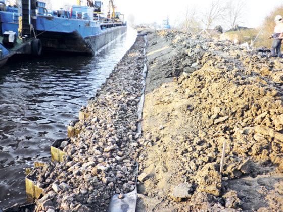 Kleikist stampen op de dijk van Woltersum