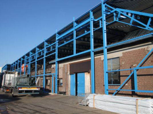 Nieuwe bedrijfshal over vooroorlogse fabriek