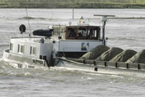 Droogte gevaar voor levering bouwmateriaal: schepen vervoeren minder zand en grind