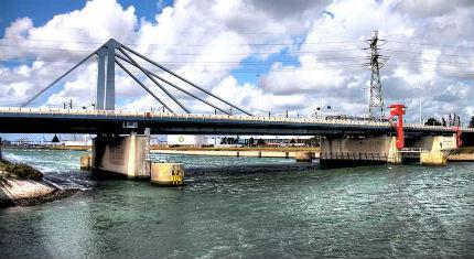 Vier vermoeide bruggen op de markt