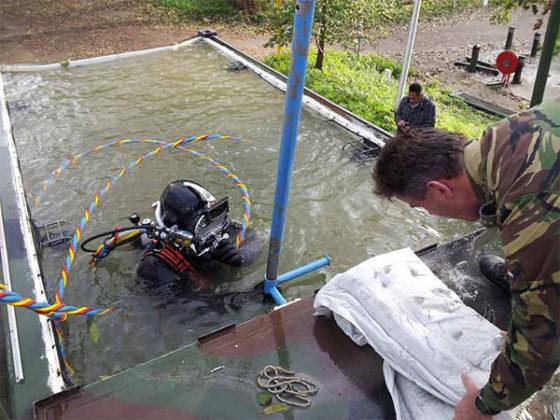 Scubaton-zak hardt onder water uit