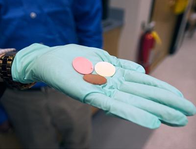 Keramisch materiaal waterafstotend na versmelting met aardmetalen