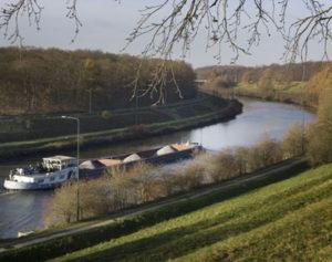 De Vries & van de Wiel Kust- en Oeverwerken gaat voor Rijkswaterstaat het Julianakanaal verruimen.