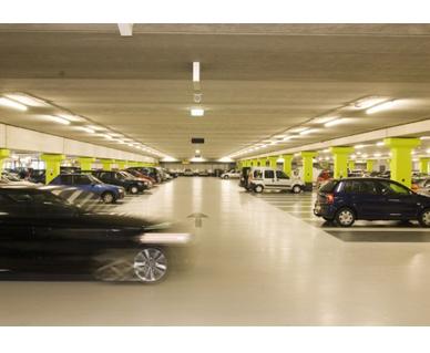 'Verlaag parkeertarieven tegen winkelleegstand'