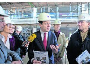 Minister Asscher ontvangt het sectorplan bouw & infra. Uiterst links Charley Ramdas (FNV), rechts Maxime Verhagen (Bouwend Nederland).
