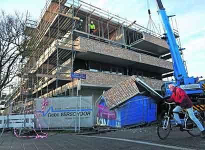 Neerstorten balkon mogelijk door afbreken bevestigingsonderdeel