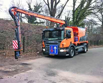 Robotarm aan vrachtauto repareert asfaltschade