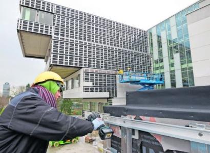 Dunne platen op duurzaam onderwijsgebouw