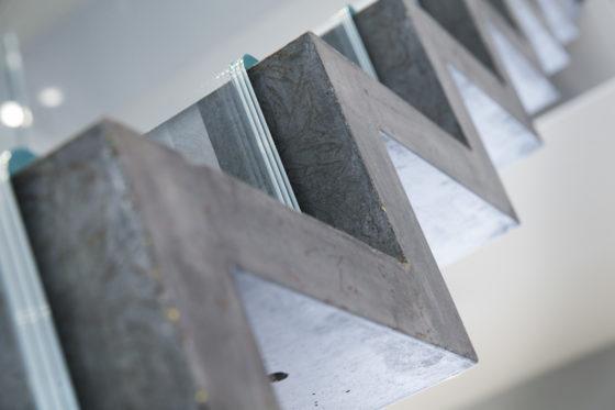 Beton en glas werken samen in superslanke trap cobouw