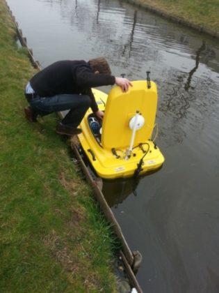 Biologisch baggeren met een radiografisch bestuurbaar bootje uitgevoerd door Dutch Water Tech