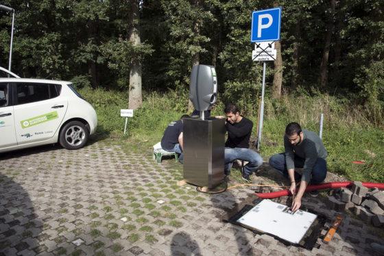 Inductieplaat helpt auto aan nieuwe stroom