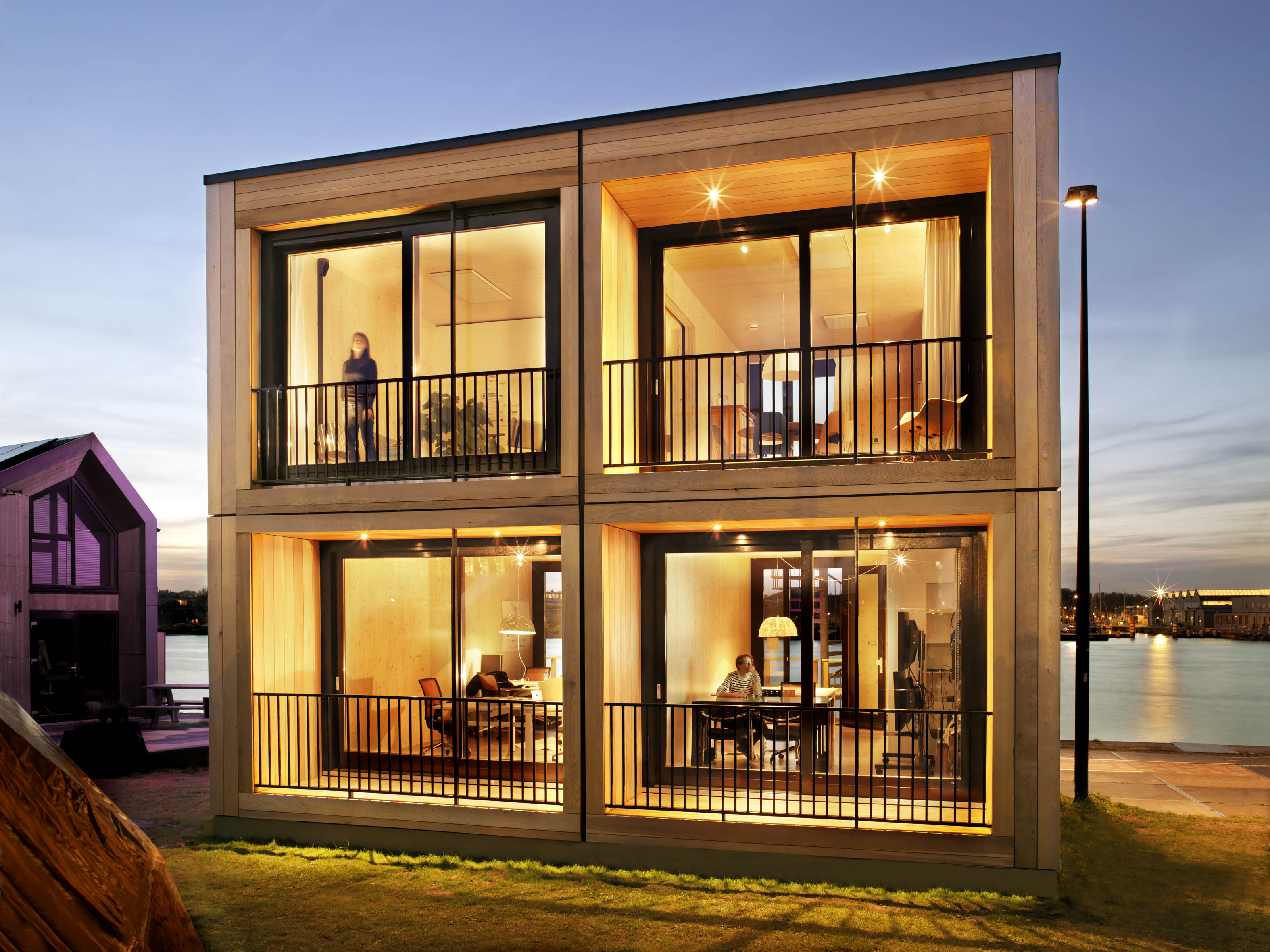 De stapelbare houten woonmodules zijn 29 vierkante meter groot en kosten 40.000 euro per stuk