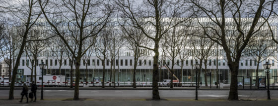 Transparant gebouw met messcherpe details