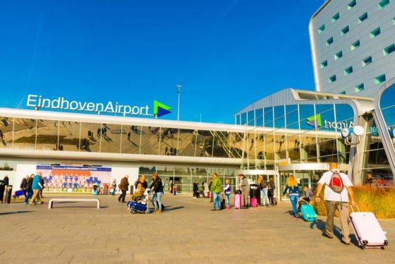 Negen asfaltmachines op vliegveld Eindhoven