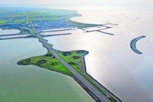 De aanbesteding voor de renovatie van de Afsluitdijk komt nog dit jaar op de markt.