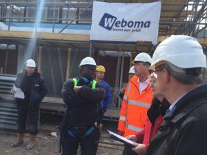 Maxime Verhagen en directie Gezond en Veilig Werken Ministerie SZW krijgen uitleg van steigerbouwer Gendell Reed van Freaks Steigerbouw