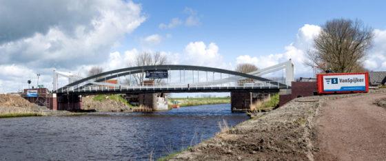 Gloednieuwe brug Dorkwerd aangevaren