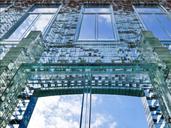 Hinderlijke scheuren in glazen gevel PC Hooftstraat