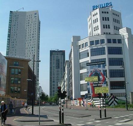 Grillig windpatroon rond gebouw in beeld