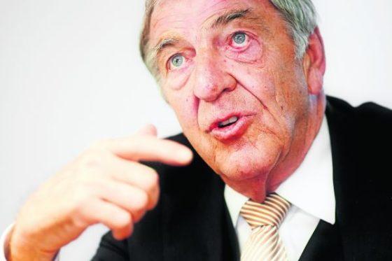 'Dik Wessels liet zich voor karretje van banken spannen'