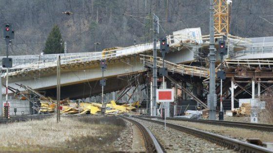 Brug in aanbouw stort op spoorlijn