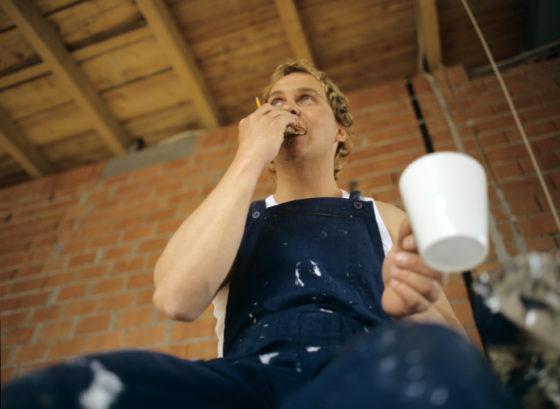 Vrouwen serveren vaker koekje bij de koffie voor bouwvakker