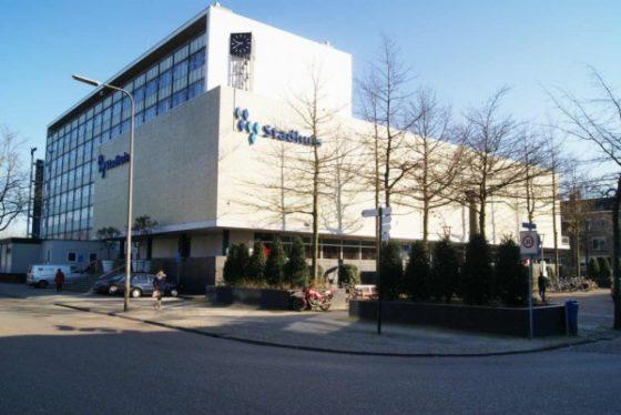 Marmeren platen van gevel stadhuis Almelo verwijderd