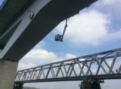 Monteurs bungelen hulpeloos onder HSL-brug