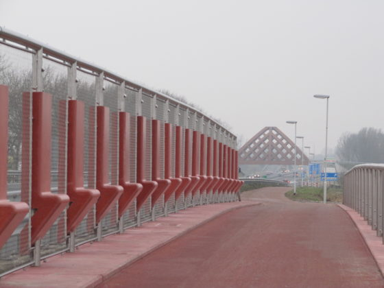 'Paalzitten' op door en door rode brug
