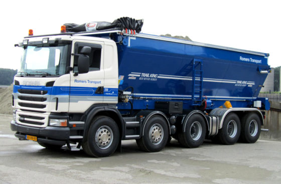 Romers lost asfaltmengsel met transportband