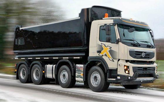 Volvo FMX rijdt met eerste kunststof laadbak weg