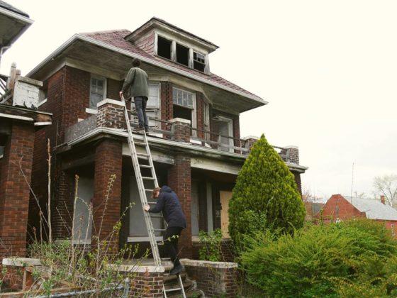 Studenten bouwen zelfvoorzienend huis in Detroit