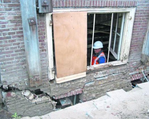 Door aanleg Noord-Zuidlijn verzakte wevershuizen met de hand gevijzeld