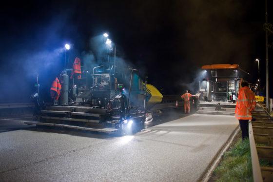 Lichtgekleurd asfalt reflecteert licht en warmte