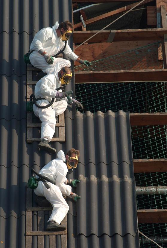 De verwijdering van een asbestdak van een bedrijfsgebouw. Foto: Dijkstra