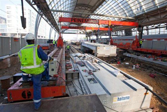 Betonplaten voor passage onder Amsterdam CS