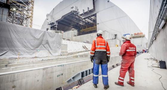Mammoet schuift sarcofaag over reactor Tsjernobyl