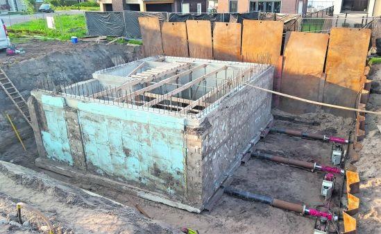 Onjuist gesitueerde kelder van beton met drie vijzels verplaatst