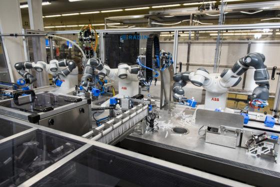 Robots werken innig samen bij montage hollewanddozen