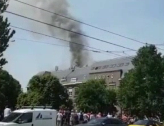 Schilder gewond bij brand op dak school Amsterdam